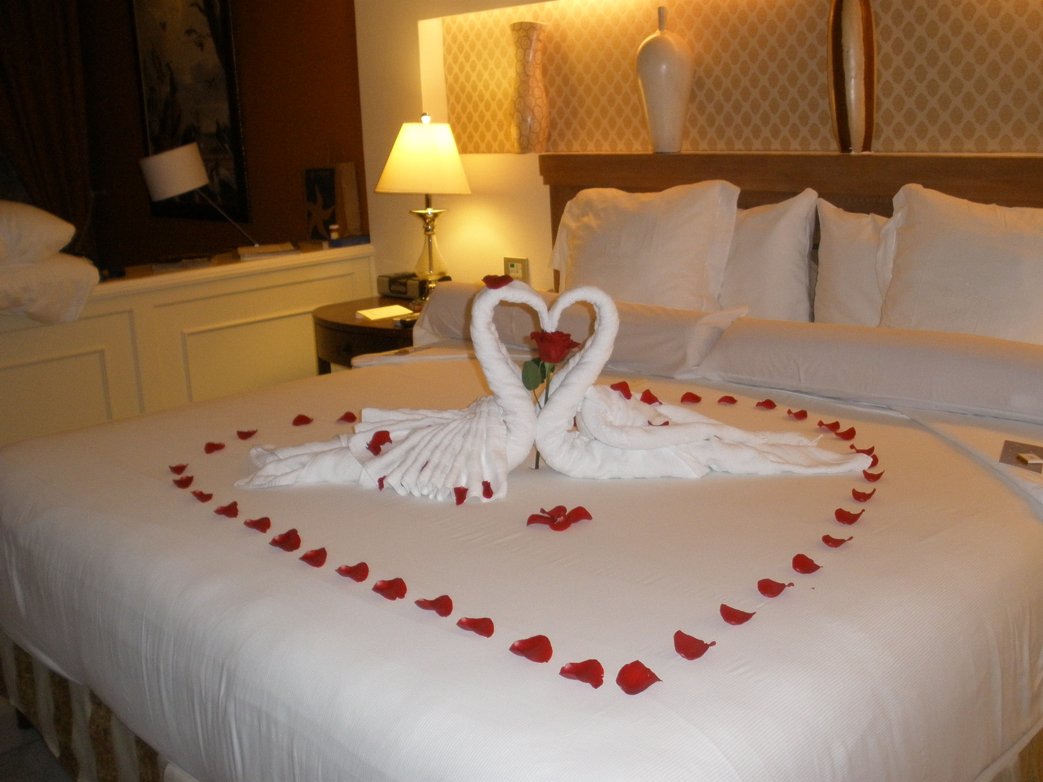 Hearts and roses but where s the champagne iberostar for Romantic ideas for her in the bedroom